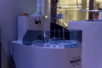 700 NMR Spectrometer sample loader