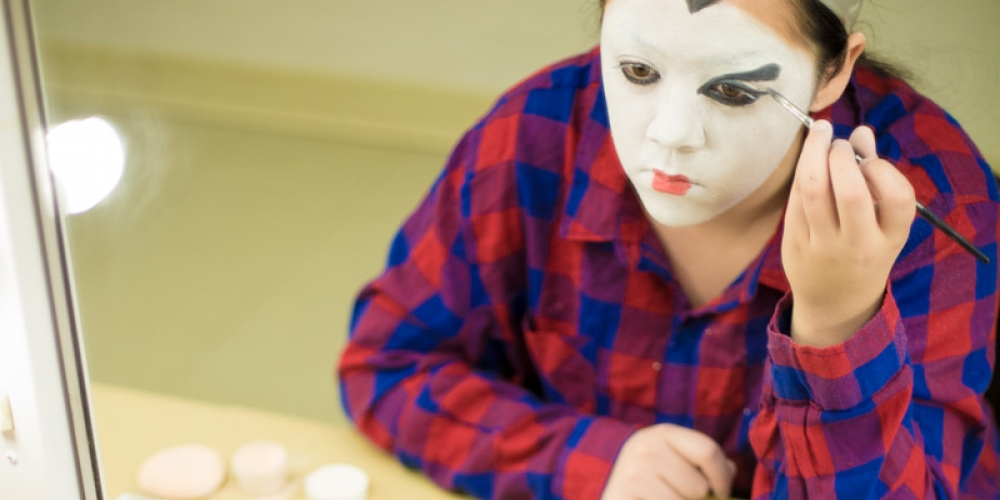 Student applying geisha-style makeup